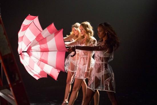 lingerie-umbrella-video-2015-candice-elsa-jasmine-behind-the-scenes-2-victorias-secret-hi-res